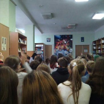 Зустріч  учнів 7-а  класу з письменником А Кокотюхою в   бібліотеці імені Гагаріна